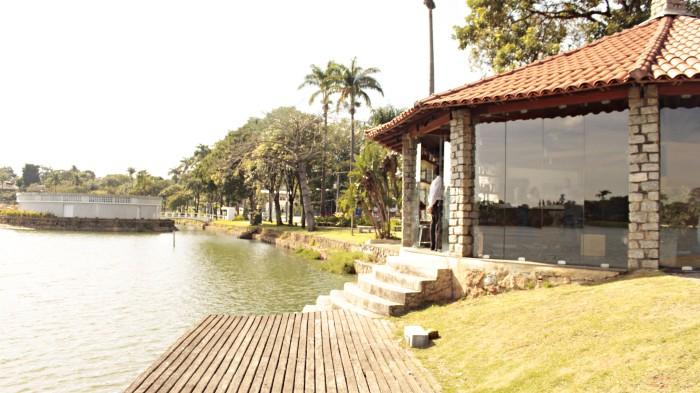 Igreja São Francisco de Assis, a Igrejinha da Pampulha, construída na década de 1940, projeto de Oscar Niemeyer.