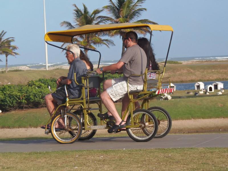Bicicleta familiar na orla da praia de Atalaia, em Aracaju