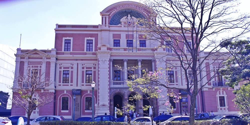 """Museu das Minas e do Metal, o """"prédio rosa"""" do Circuito Cultural da Praça da Liberdade."""