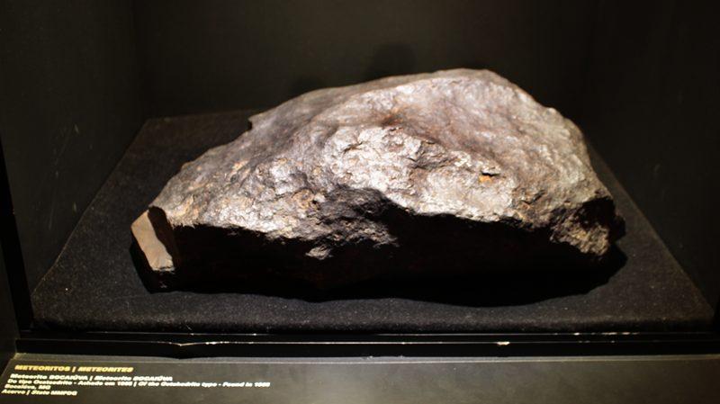 Meteorito exposto no Museu das Minas e do Metal, no Circuito Cultural da Liberdade, em Belo Horizonte.