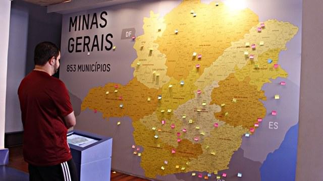 Mapa de Minas Gerais na sala de leitura do Memorial Minas Gerais Vale.