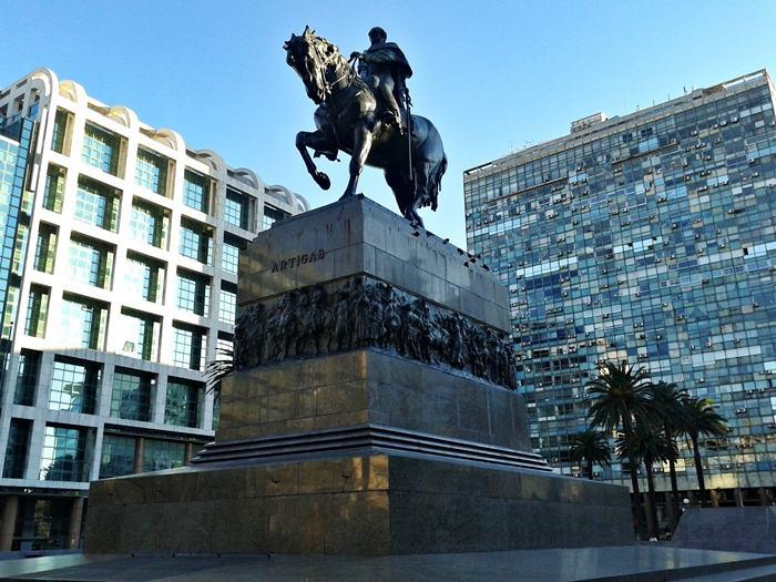 Na Plaza Independencia, em Montevidéu, está o monumento em homenagem ao General Artigas, um importante militar que atuou com relevância nas lutas pela independência do Uruguai. Abaixo desse monumento, está o mausoléu onde estão seus restos mortais e que pode ser visitado.
