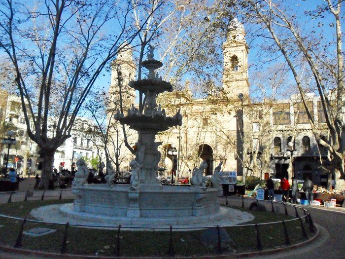 Fonte na Plaza Constitución. Ao fundo, Catedral Metropolitana de Montevideu.
