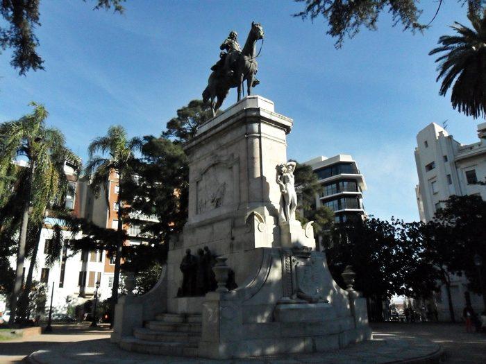 Plaza Zabala, de 1890, que tem esse nome em homenagem ao fundador de Montevidéu, Bruno Maurício de Zabala.