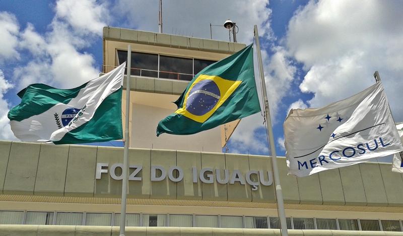 Aeroporto internacional de Foz do Iguaçu, que recebe voos de São Paulo, Campinas, Rio de Janeiro, Curitiba, Florianópolis e Brasília.