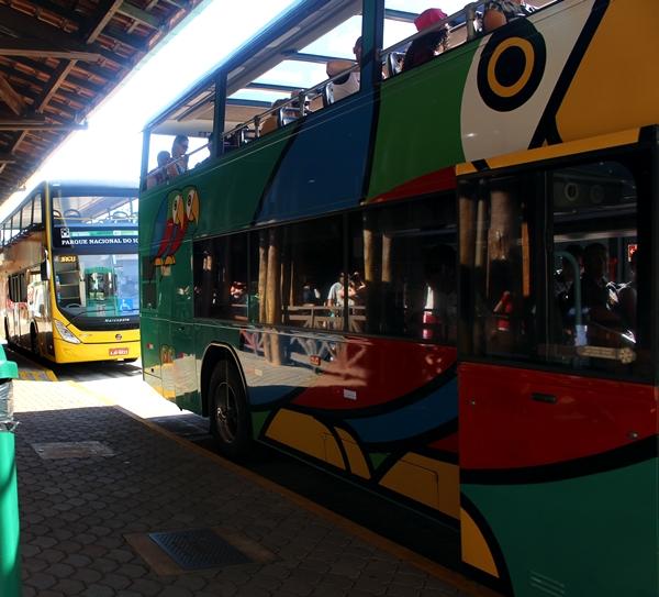 Tem ônibus o tempo todo. Um está parado e já tem outro ali atrás.