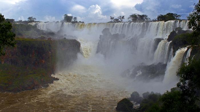 Vista do lado argentino das Cataratas do Iguaçu, desde o Parque Nacional Iguazú.