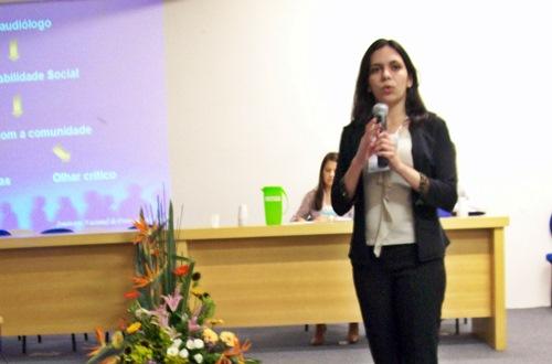 Euzinha apresentando o trabalho, em 2006