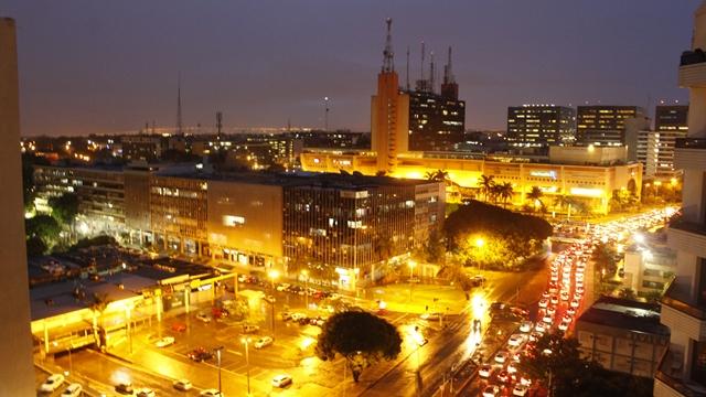 Vista noturna do nosso quarto. Se você observar bem, vai notar uma placa da Riachuelo no segundo prédio. Ali é o Shopping Pátio Brasil.