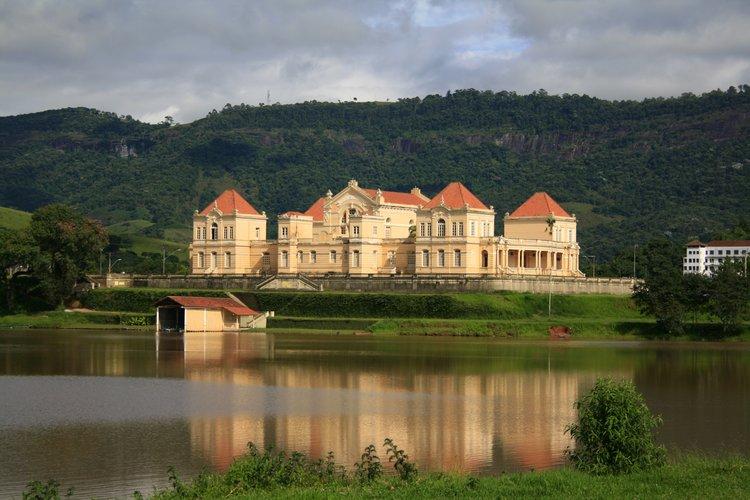 lago-guanabara-e-ao-fundo-o-cassino-do-lago-em-lambari.jpg.750x541_q85_upscale