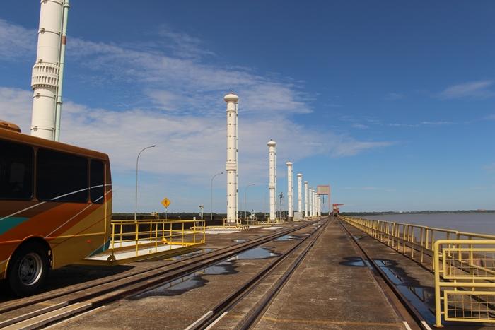 No Circuito Especial de Itaipu Binacional, há uma parada sobre a barragem, de onde dá para ver Ciudad del Este e Foz do Iguaçu.
