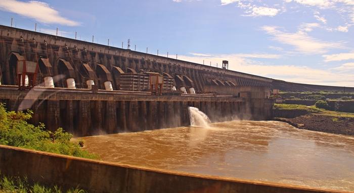 Barragem de Itaipu Binacional e algumas de suas unidades geradoras.