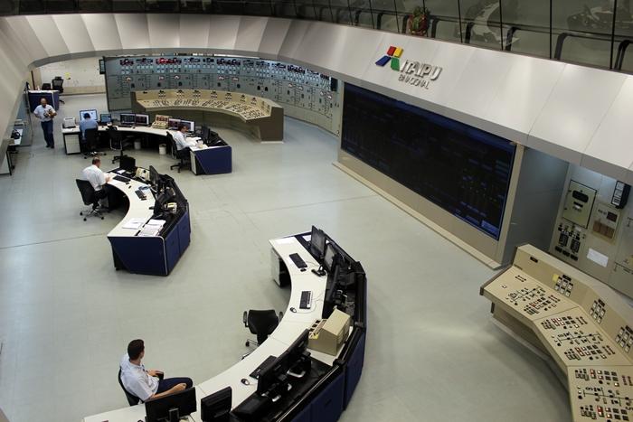 Sala de controle central de Itaipu Binacional. São cinco brasileiros e cinco paraguaios.