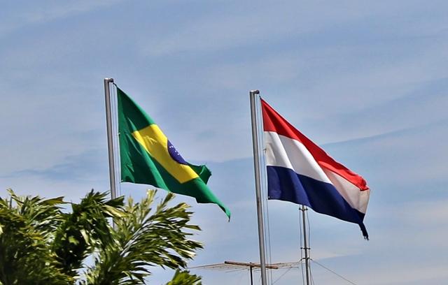 Bandeiras do Brasil e do Paraguai na entrada de Itaipu Binacional, em Foz do Iguaçu.