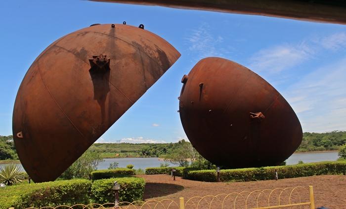 Bola de ferro que, na época da construção de Itaipu Binacional, era colocada dentro dos tubos brancos para checar se não haveria vazamento.