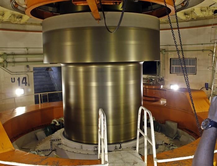 Eixo da turbina da unidade geradora n. 14, dentro de Itaipu Binacional.