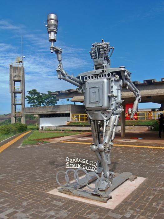 Boneco de sucata em homenagem ao barrageiro, o homem de aço que colocou mesmo a mão na massa para construir Itaipu.