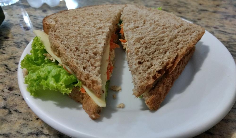 A Panificadora Doce Pão serve refeições e lanches, a ótimos preços, em Foz do Iguaçu. Fica bem próximo ao terminal de ônibus, no centro da cidade. Este é um sanduíche frio.