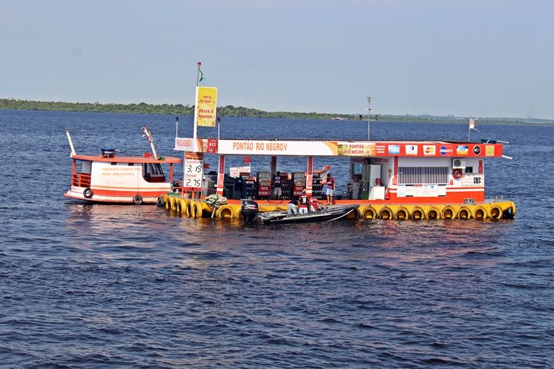 Barqueiro abastecendo