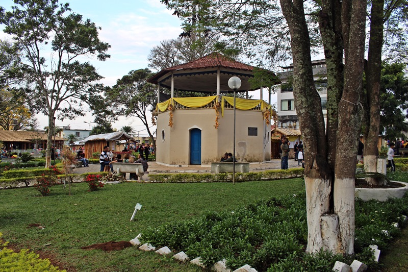 A Festa do Café com Biscoito é um evento que acontece em um final de semana do mês de setembro, na cidade mineira de São Tiago, próxima a São João del Rei.