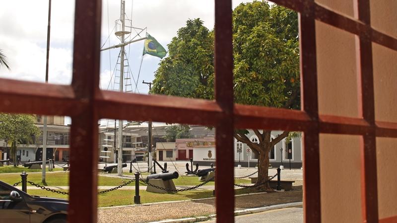 Marinha vista da janela ao lado da portaria do hotel
