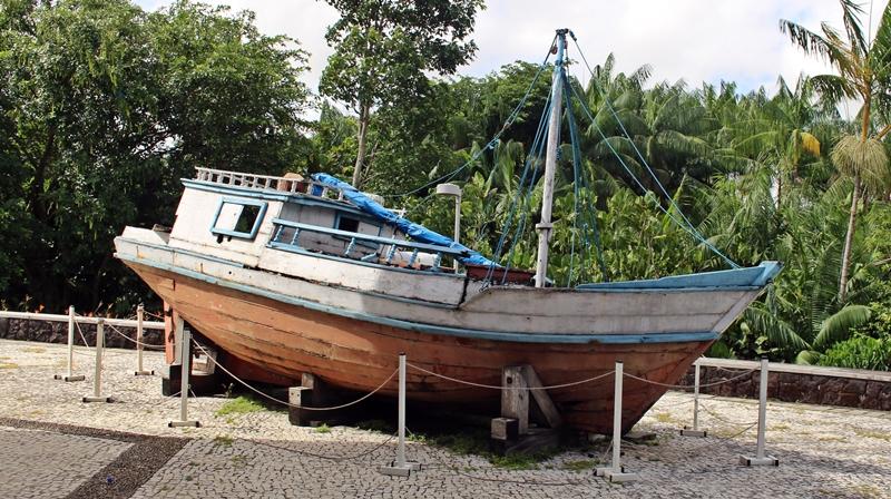 Barco exposto nos fundos do prédio do restaurante