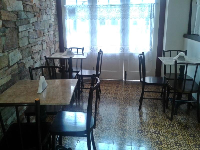 Sala onde é servido o café da manhã na Pousada do Ouvidor, em Ouro Preto.