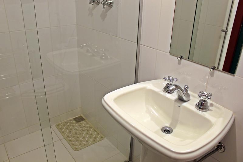 """Banheiro do quarto mais econômico, chamado de """"sem vista"""", na Pousada do Ouvidor."""