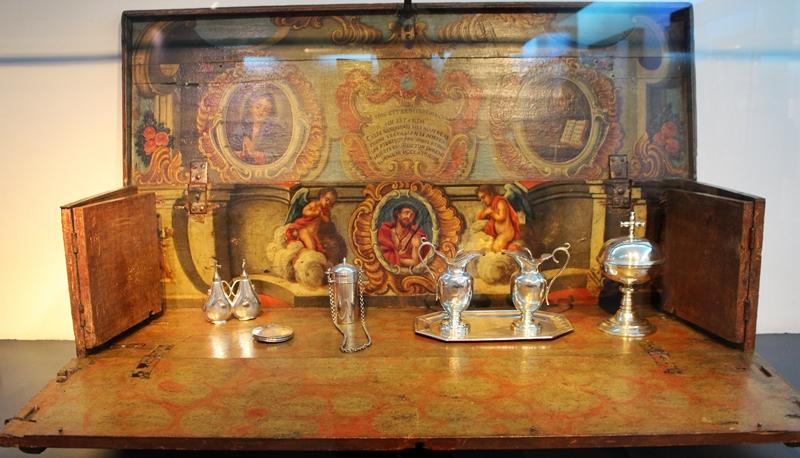 Oratório arca, usado em viagens. Ele de abre virando um altar. Este exemplar está exposto no Museu do Oratório, em Ouro Preto.