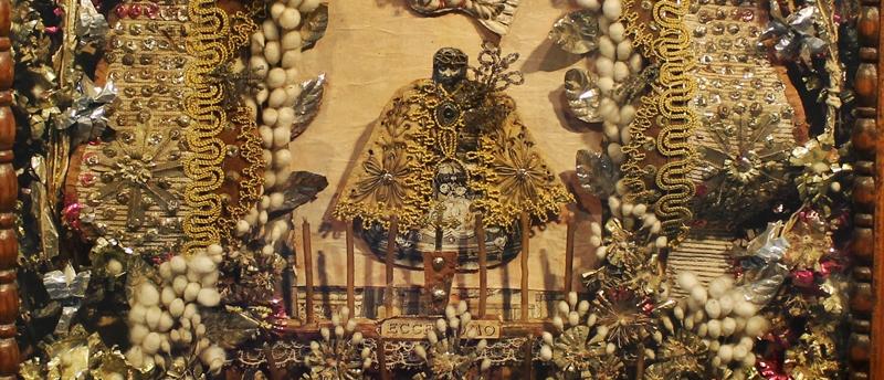 Detalhes de um oratório de convento, que eram como que uns quadrinhos decorados com colagens de diversos materiais, como papéis, tecidos, flores secas.