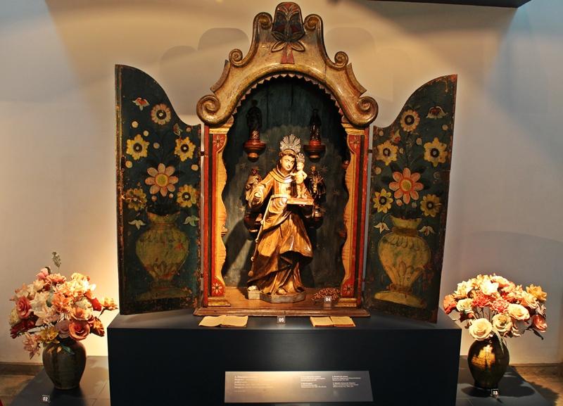 Oratório ermida com Santo Antônio de Lisboa, exposto no Museu do Oratório, em Ouro Preto.