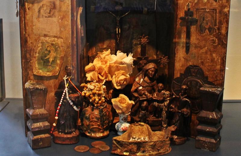 Oratórios afrobrasileiros eram confeccionados pelos escravos e tendo santos negros representados. Este está exposto no Museu do Oratório, em Ouro Preto.