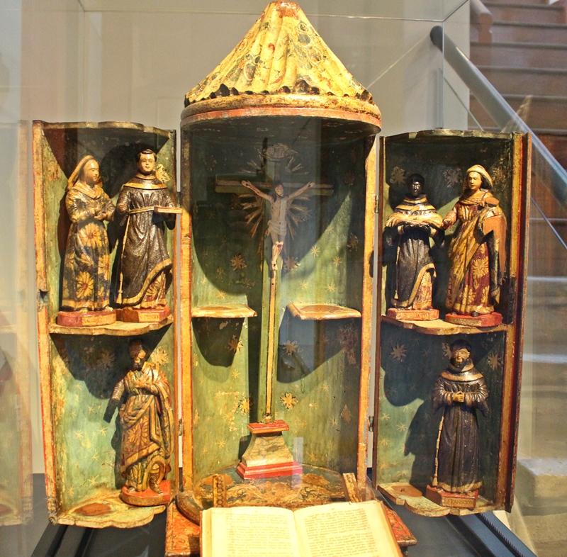 Oratório bala de esmoler, usado para pedir esmolas, exposto no Museu do Oratório, em Ouro Preto.