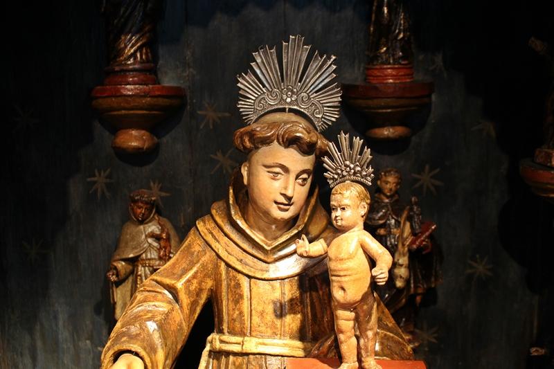Detalhe de um oratório ermida com Santo Antônio de Lisboa, exposto no Museu do Oratório, em Ouro Preto.