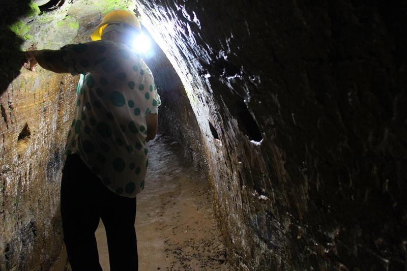 Regina me mostrando um local com argila, na Mina Chico Rei, uma mina de ouro do século XVIII, aberta à visitação, em Ouro Preto.