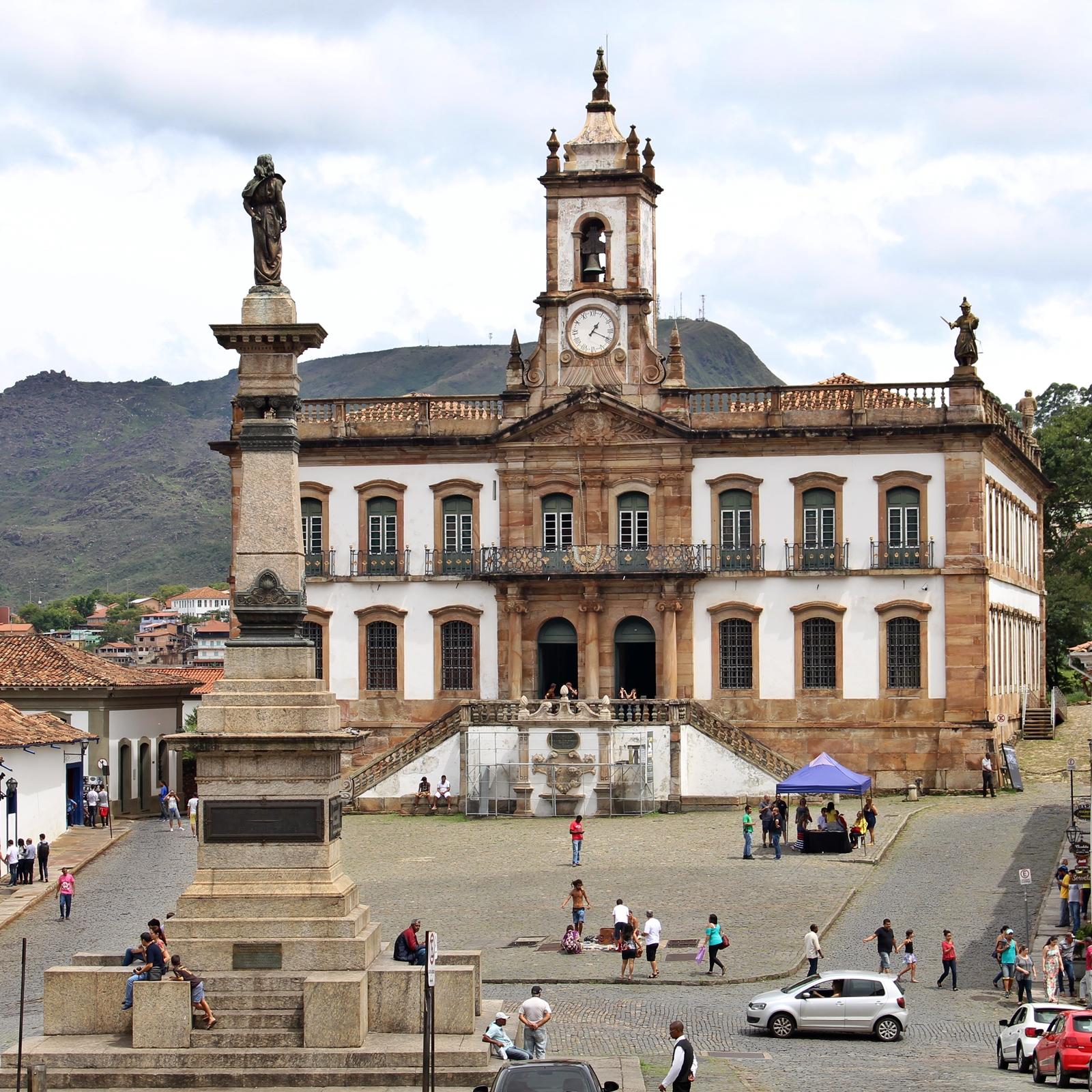 Na Praça Tiradentes está o imponente prédio onde funcionavam a Casa de Câmara e Cadeia de Vila Rica. Hoje, o belíssimo prédio histórico abriga o Museu da Inconfidência.