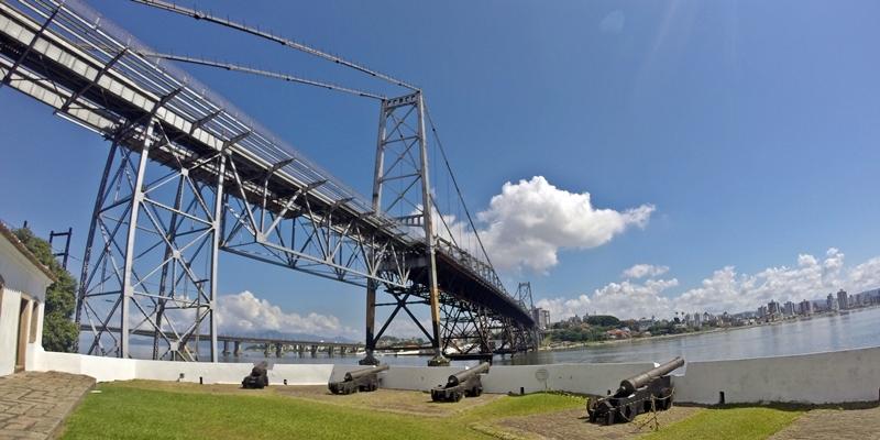 A Fortaleza de Santana do Estreito e a Ponte Hercílio Luz, em Florianópolis