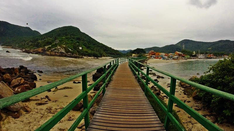 À esquerda, praia do Matadeiro. À direita, praia da Armação.