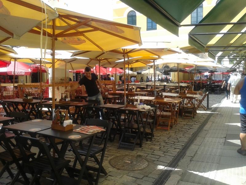 Mercado Público de Florianópolis, ótimo passeio no Centro Histórico. Sua construção começou em 1899. No vão central ficam as mesinhas dos restaurantes.