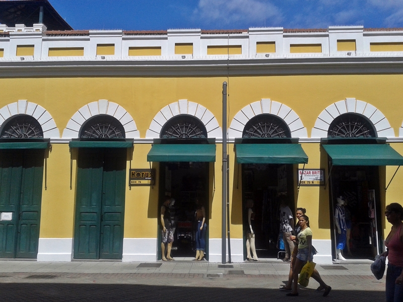 Mercado Público de Florianópolis, ótimo passeio no Centro Histórico. Sua construção começou em 1899. Vendem-se alimentos, roupas, ervas, artesanato. No vão central ficam as mesinhas dos restaurantes.