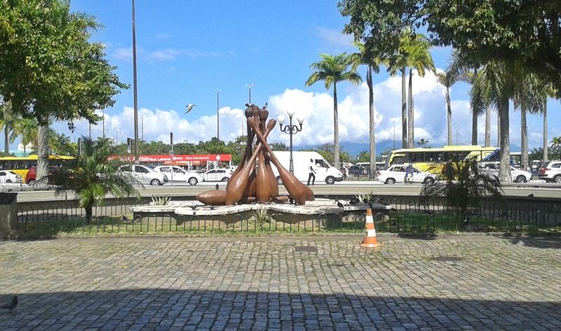 Monumento às rendeiras, no Largo da Alfândega, representando os bilros, no Centro Histórico de Florianópolis.
