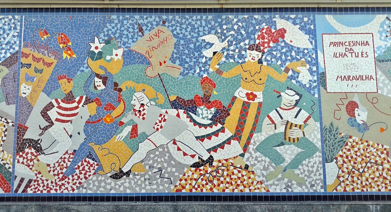 Mosaicos em uma parede no Largo da Alfãndega, no Centro Histórico de Florianópolis.