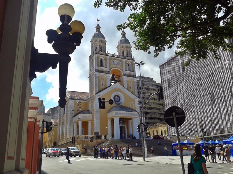 Catedral Nossa Senhora do Desterro, a Catedral Metropolitana de Florianópolis. A primeira igreja foi construída entre 1753 e 1773, mas, em 1922, foram acrescentadas duas torres e um carrilhão de cinco sinos.
