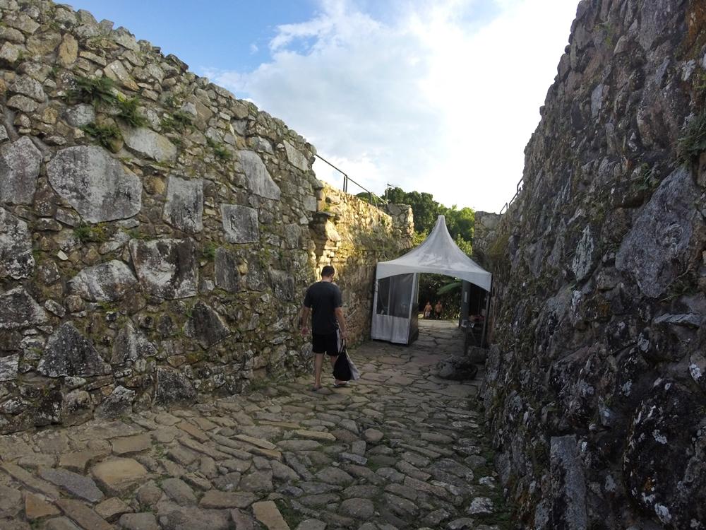 Sob a tenda está a bilheteria da fortaleza.