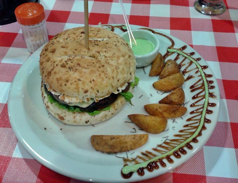A Hamburgueria Pan Americana serve hambúrgueres artesanais em Canasvieiras, norte de Florianópolis.