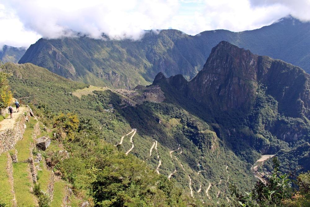 Machu Picchu ao fundo. Note a estrada em zigue-zague.