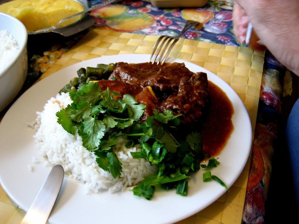 Frango ao molho pardo, prato típico de Minas, cujo molho é feito com o sangue da galinha. Foto de Alexandre Macedo