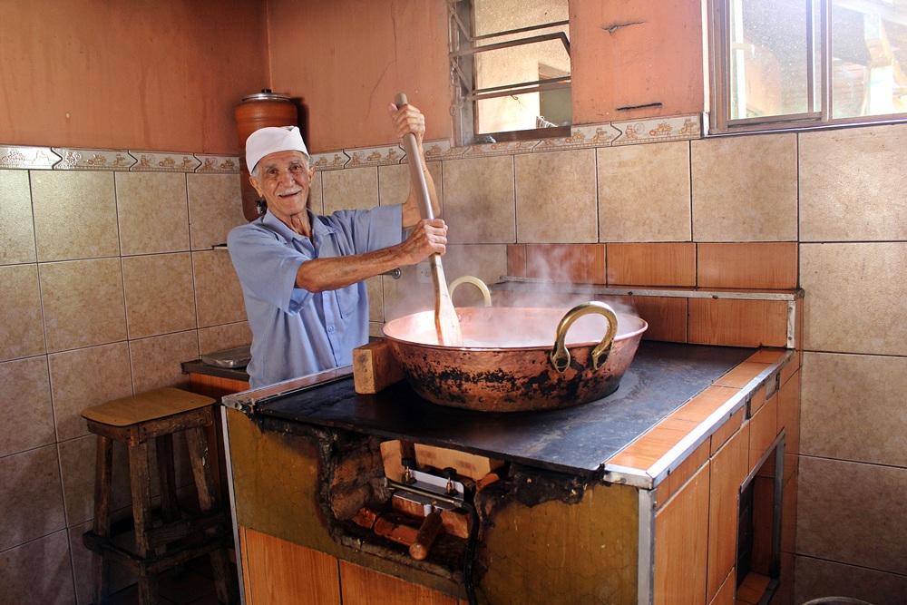 Chico Doceiro, preparando doce de leite do tacho em Tiradentes, Minas Gerais.