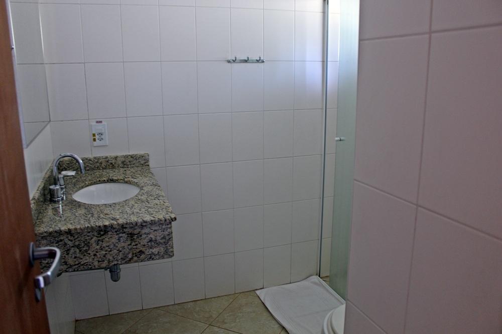 Banheiro da acomodação mais simples do Parque Hotel Holambra