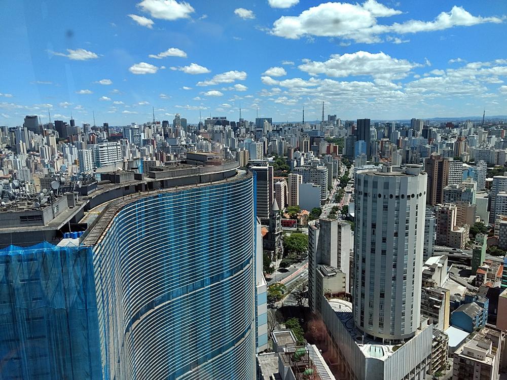 Edifício Copan, projetado por Oscar Niemeyer, visto a partir do Terraço Itália, em São Paulo.
